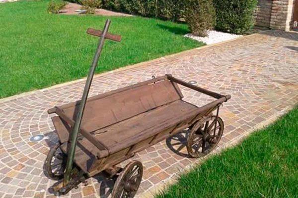 Fioriera da carretto in legno per decorare il tuo spazio esterno